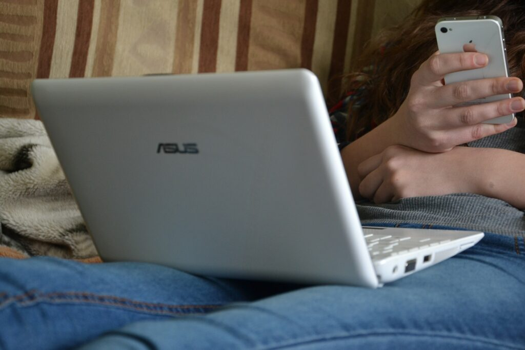 Umgang mit Sozialen Medien / gérer les réseaux sociaux / mindful use of social media